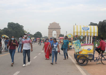 New Delhi: People enjoying at India gate in pleasant weather in New Delhi on Saturday evening on September 26, 2020. (Photo: IANS)