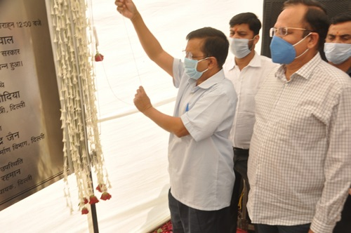 New Delhi: Delhi Chief Minister Arvind Kejriwal and Urban Development and Transport Minister Satyendra Jain unveil the plaque to inaugurate the newly-constructed Seelampur-Shastri Park flyover, in New Delhi on Oct 24, 2020. (Photo: IANS)