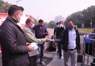 New Delhi: BJP MPs Vijay Goel and Pravesh Verma distribute face masks to people amid increasing Covid-19 cases and deaths in the national capital, on Nov 24, 2020. (Photo: IANS)