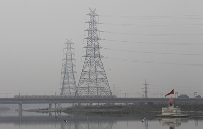 New Delhi: The Delhi metro chugging over the Yamuna river and through the smog that engulfs the national capital on a chilly winter morning, in New Delhi on Nov 24, 2020. (Photo: IANS)